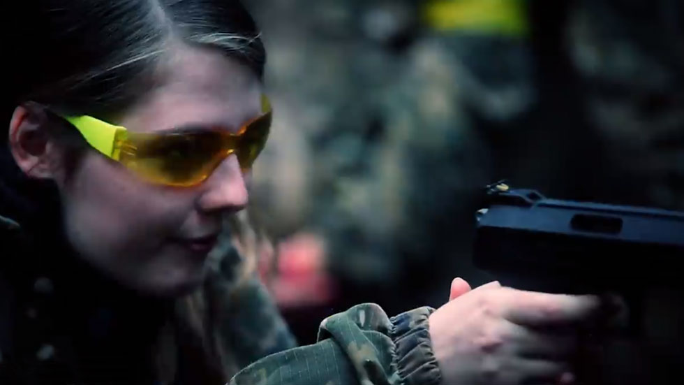 girl shoots weihrauch air pistol